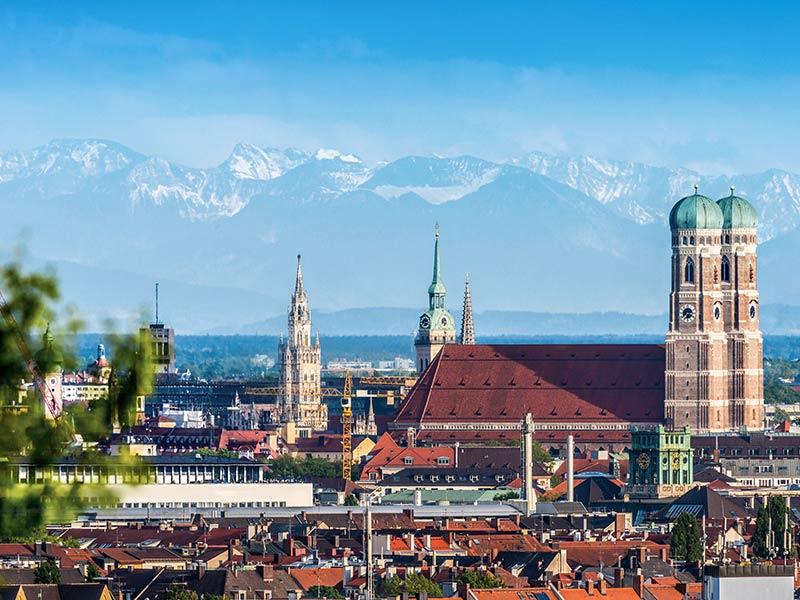 Die Münchner Innenstadt mit den schneebedeckten Gipfeln der bayerischen Alpen im Hintergrund
